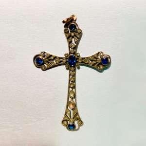 ciondolo-croce-antico-diamanti-zaffiri-oro-18-carati-pezzo-unico-collezione-gioielleria-berluti
